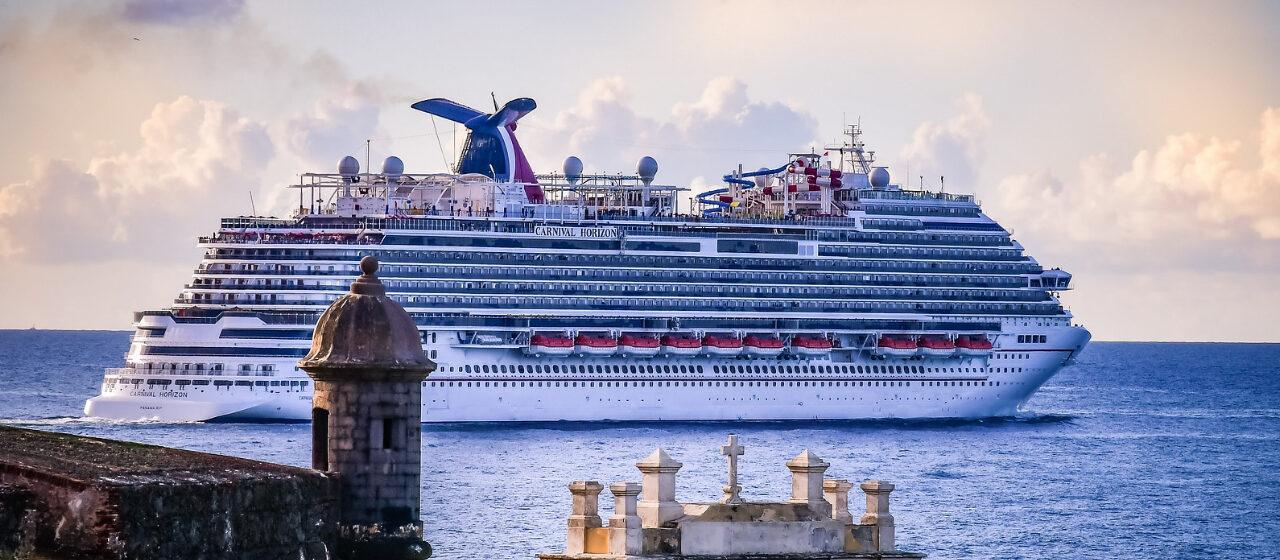 https://travelgranadatour.com/wp-content/uploads/2020/04/Crucero-por-el-Mediterráneo-1280x560.jpg