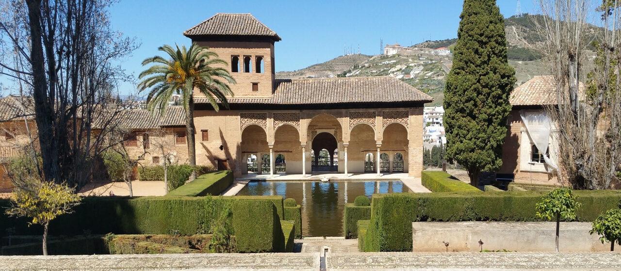 https://travelgranadatour.com/wp-content/uploads/2020/05/Alhambra-de-Granada-1280x560.jpg