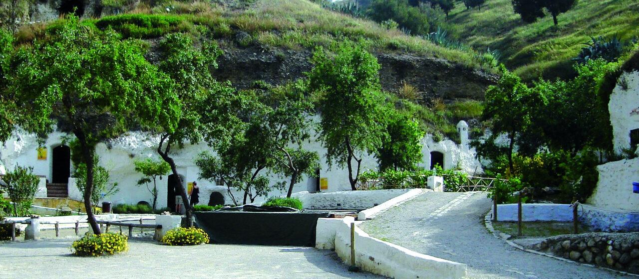 https://travelgranadatour.com/wp-content/uploads/2020/05/Cuevas-del-Sacromonte-1280x560.jpg