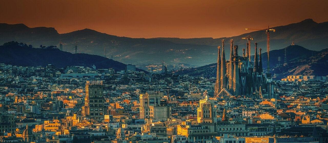 https://travelgranadatour.com/wp-content/uploads/2020/05/Sagrada-Familia-Barcelona-1280x560.jpg