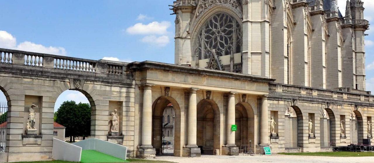 https://travelgranadatour.com/wp-content/uploads/2020/05/Sainte-Chapelle-París-1280x560.jpg